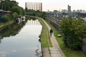 Cyclist on the tow path by the Grand Union canal in West London. - Philip Wolmuth - 25-08-2006