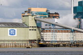 The Tate and Lyle sugar refinery at Silvertown, on the River Thames, London. - Philip Wolmuth - 21-03-2007