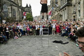 A street performer on a ladder in the Royal Mile during the Edinburgh Festival. - Philip Wolmuth - 14-08-2013