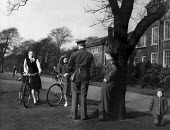 American GIs from Burtonwood USAF airbase talking with local women, out for a bicycle ride, in a park in nearby Warrington. The airbase was reopened in 1948 to support the Wests Cold War effort throug... - Elizabeth Chat - 1940s,1949,Air,Air force,aircraft,airforce,american,americans,armed forces,bicycle,BICYCLES,BICYCLING,Bicyclist,Bicyclists,BIKE,BIKES,boyfriend,BOYFRIENDS,Cheshire,communicating,communication,conversa