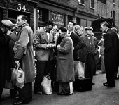 London street scene, photographed in the early 1950's. .... - Elizabeth Chat - 11-07-1952
