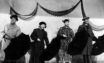 The Lyric Revue, Lyric Theatre, London, 1951. With actors Graham Payn, Joan Heal, Dora Bryan, Ian Carmicahel, Irlin Hall and Jeremy Hawk. - Elisabeth Chat and Inge Morath - 24-05-1951