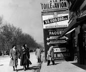 French street scene with advertisements for a special draw for the French National Lottery, Easter, 1949, France. .... - Ina Bandy - 13-04-1949