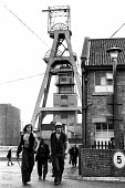 Miners coming off shift at Snowdon Colliery, Kent, 1976. - John Sturrock - 08-12-1976