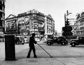 Road sweeper, Piccadilly Circus, London, in the early 1960s - Malcolm Aird - 03-09-1962