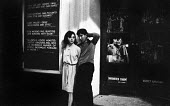 Young couple outside West End theatre in London in 1964. - Romano Cagnoni - 11-07-1964