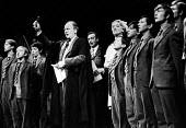 Forty Years On written by Alan Bennett, staged at the Apollo Theatre in London, 1968. With, left to right: John Gielgud, Paul Eddington and Dorothy Reynolds and the boys of Albion House. - Romano Cagnoni - 24-10-1968
