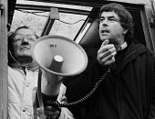 Stockport Messenger Tony Dubbins, NGA Gen Sec speaking to the official picket line by NGA members on strike in a dispute with Eddie Shahs Messenger Newspaper Group over his use of non-union scab worke... - Stefano Cagnoni - 09-11-1983