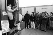 Stockport Messenger Jake Ecclestone, NUJ, speaking to the official picket line by NGA members on strike in a dispute with Eddie Shahs Messenger Newspaper Group over his use of non-union scab workers t... - Stefano Cagnoni - 09-11-1983