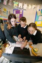 Science lesson, Easington Community School, County Durham September 2004 - Roy Peters - 07-10-2004