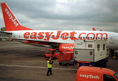 Easyjet ground staff at work airside at Luton airport - Stefano Cagnoni - 27-08-2002