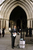 Barristers' or solicitors' clerk transporting legal files into the High Court in the Strand - Stefano Cagnoni - 18-10-2002