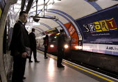 Tube train coming into platform at a London Underground station - Stefano Cagnoni - 03-04-2003