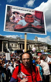 Protestor at pensions rally displays his own message on the relationship between the Labour Party and the trade unions - Stefano Cagnoni - 19-06-2004