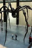 Two children feign horror at the sculpture of a giant spider by Louise Bourgeois at the Tate Modern art gallery. Maman represents a female spider who carries her white marble eggs beneath her. Made of... - Stefano Cagnoni - 28-05-2004