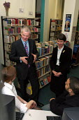 David Bell, Her Majesty's Chief Inspector of Schools with Headteacher Anne Canning, talking to 6th form pupils at Camden School for Girls, listed by Ofsted as one of a number of schools inspected offe... - Stefano Cagnoni - 07-12-2005