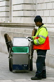Street cleaner reading a leaflet on the pensions crisis, Westminster Council London - Stefano Cagnoni - 07-05-2005