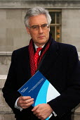 Lord Turner with the Pensions Commission Report on the eve of its official publication - Stefano Cagnoni - 29-11-2005
