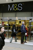 Shoppers enter the Marks and Spencer store in London Oxford Street - Stefano Cagnoni - 09-03-2012