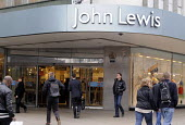 Shoppers entering the John Lewis store in London Oxford Street - Stefano Cagnoni - 09-03-2012