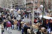 Shoppers at a Sunday street market in central Madrid, Spain. - Stefano Cagnoni - 17-02-2013