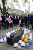 One minute's silence at International Workers Memorial Day commemoration, Tower Hill in London. Hard hats on top of a coffin represent number of lives lost in accidents in the construction industry in... - Stefano Cagnoni - 28-04-2014