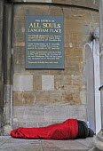 Homeless man sleeping on the street outside All Souls Church in the west end of London. - Stefano Cagnoni - 24-09-2014