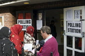 General Election, 2015. Muslim women arrive at polling station to cast their votes, Holloway, north London. - Stefano Cagnoni - 07-05-2015