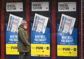 General Election, 2015. Man passing by William Hill bookmakers shopfront advertising the betting odds on the General Election result, Holloway, north London. - Stefano Cagnoni - 07-05-2015