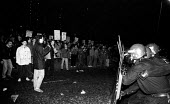 Riot police face the mass picket line outside the News International plant at Wapping - Stefano Cagnoni - 17-03-1986