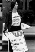 Sacked journalist from Pergamon Press protesting outside the Maxwell Communications Corporation AGM in 1990 - Stefano Cagnoni - 12-09-1990