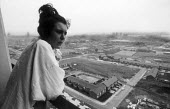 Young woman living in high-rise council block in Liverpool - Stefano Cagnoni - 03-07-1991