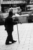 Old man with walking stick in Nottingham City centre - Stefano Cagnoni - 18-07-1991
