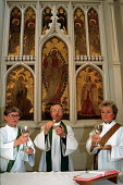 Priest prepares for Communion in Church of England service assisted by female clergy - Stefano Cagnoni - 07-09-1995