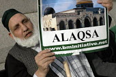 Elderly muslim man in Trafalgar Square with a poster of the Alaqsa mosque to protest about Palestine the war in Iraq and trident. - Janina Struk - 24-02-2007