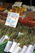 English asparagus for sale at a fruit and vegetable stall at Borough Market. London. - Janina Struk - 21-06-2008