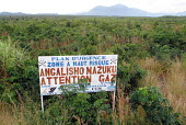 Sign warning of the dangers of volcanic gases which have resulted in the deaths of refugees and other displaced peoples who tried to shelter in this region near Goma, DR Congo 2004 - Boris Heger - 01-09-2004