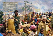 Rwandan Hutu refugees crowd onto Ruzizi bridge waiting to cross into Bukavu, Zaire - Congo. 1994 - Howard Davies - 03-05-1994