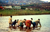 Rwandan refugees collecting unclean water from Lake Kivu close to Hongo camp. The lack of clean water led to the spread of cholera in the camps. Bukavu, Zaire - Congo. 1994 - Howard Davies - 03-05-1994