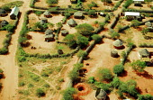 Villages in southern Somalia deserted as Somalis have been displaced by civil war and famine. Somalia. 1993 - Howard Davies - 03-05-1993