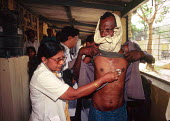 Nurse with a patient at a TB clinic. Delhi, India. 1997 - Howard Davies - 03-05-1997