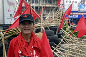 Supporter of Thaksin Shinawatra, the exiled former prime minister of Thailand, at barricades established in the centre of Bangkok as part of the red shirt protest opposing the Thai Government, Thailan... - Howard Davies - 24-04-2010
