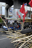 Supporters of Thaksin Shinawatra, the exiled former prime minister of Thailand, at barricades established in the centre of Bangkok as part of the red shirt protest opposing the Thai Government, Thaila... - Howard Davies - 24-04-2010
