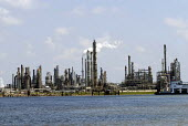 Oil refinery on the banks of the Mississippi River, USA 2006 - Howard Davies - 28-05-2006