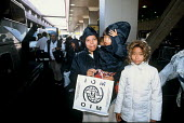 Refugee families from Burma arriving in the UK as part of Gateway a UK government resettlement programme. The refugees had lived in Thailand having fled oppression by the Burmese military. The familie... - Howard Davies - 01-08-2005