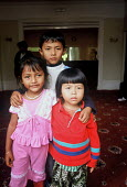Refugee families from Burma at a reception house having arrived in the UK as part of Gateway a UK government resettlement programme. The refugees had lived in Thailand having fled oppression by the Bu... - Howard Davies - 01-08-2005