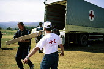 Kosovar Albabian refugees unload Red Cross supplies. Stenkovic refugee camp, Macedonia. 1999 - Howard Davies - 01-05-1999