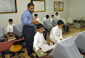 Saudi school children using computers in an IT class at a private school in Jeddah. Saudi Arabia 2006 - Howard Davies - 26-09-2006