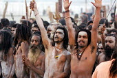 Pilgrims at the Kumbha Mela festival 2007, the largest gathering of people on the planet. 30 million Hindus and holy men known as Sadhus come to cleanse their sins in the Ganges River, Allahabad, Indi... - Tom Parker - 20-02-2007