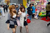 Girls shopping in Shinjuku, central Tokyo. - Tom Parker - 04-04-2007